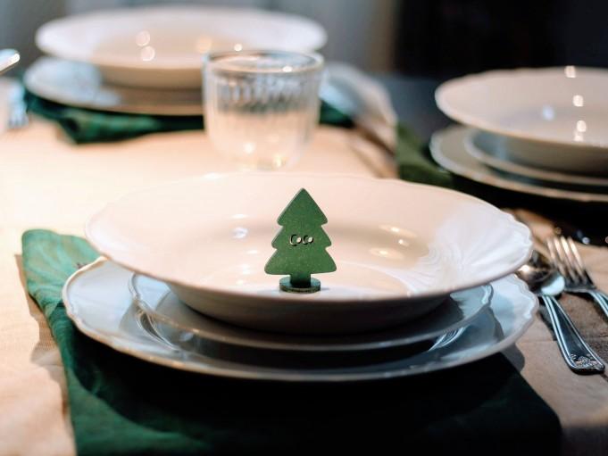Adorno arbolito verde pequeño en plato