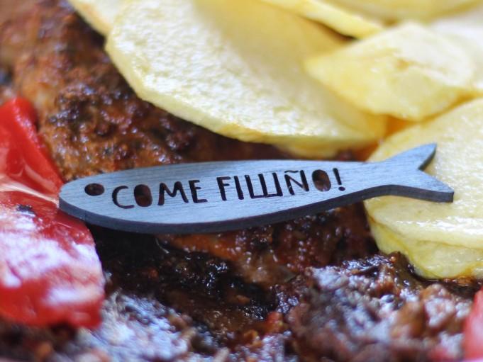 Etiqueta sardina con mensaje - gris azulado - COME FILLIÑO!