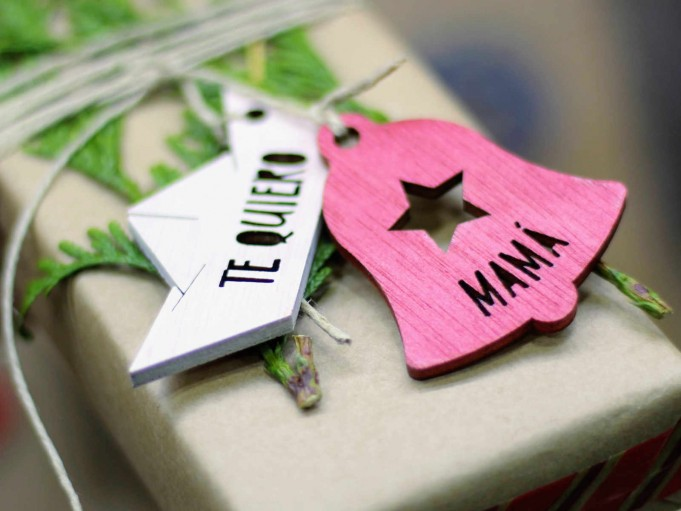 Etiqueta campanita roja con estrella - MAMÁ